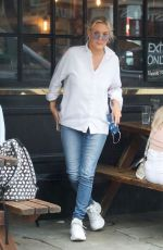 Amelia Mist Spotted enjoying a few drinks and a laugh with friends at a pub in London