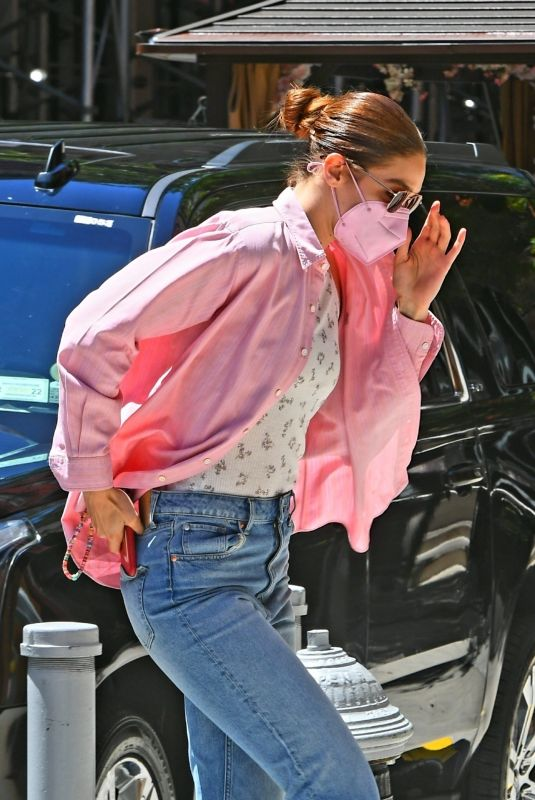 Gigi Hadid Pictured arriving back at her apt in New York