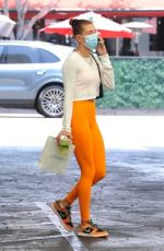 Hailey Baldwin / Bieber stays comfy in leggings as she visits a doctor
