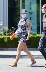 Halsey Shows off her baby bump with her boyfriend Alev Aydin at Erewhon Organic Grocers in Los Angeles
