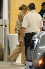 Jennifer Lopez Takes a break from her boyfriend Ben Affleck for a working session dressed with overlarge pants in Los Angeles