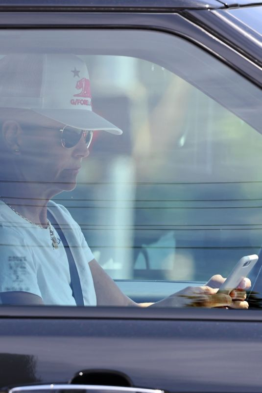 Lori Loughlin Caught texting while in traffic near her home in Calabasas