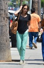 Teri Hatcher Is a happy gal while grabbing a bite with friends in Studio City