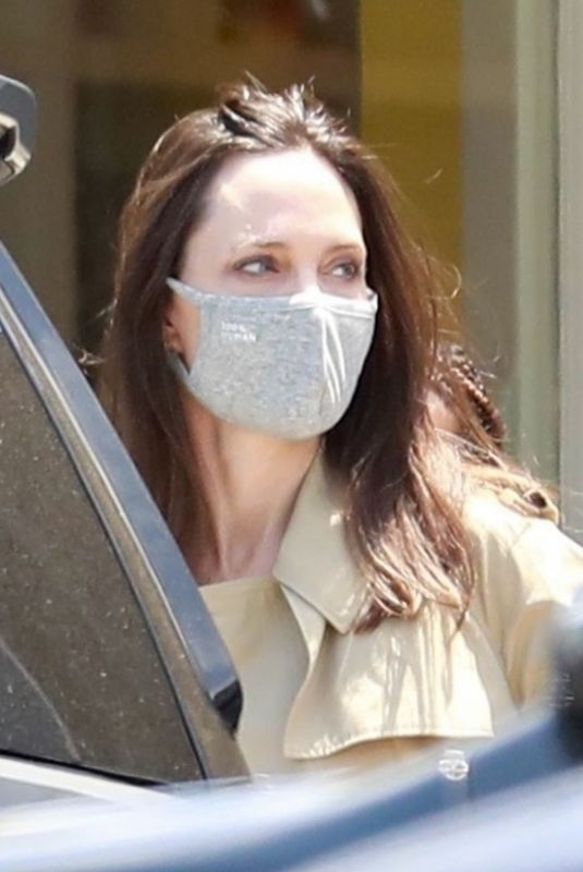 Angelina Jolie Steps out to buy a HABA Grocery Shop Play Tent in Los Feliz