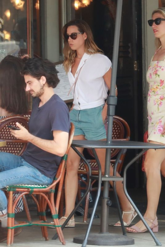 Aubrey Plaza Out for lunch in Los Angeles