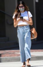 Jenna Dewan Shows off her midriff in a pair of high-waisted mom jeans while visiting a beauty salon in Burbank