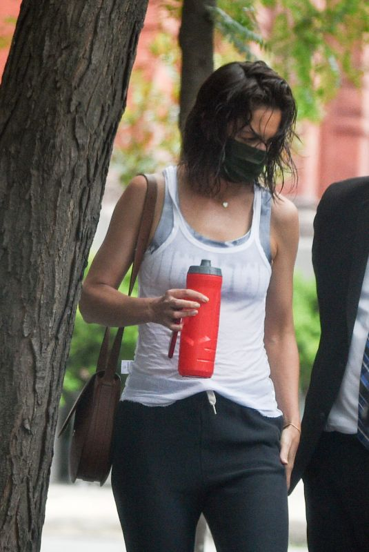 Katie Holmes Steps out with a wet hair in New York City