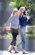 Kirsten Dunst And her crew arrive in a good mood at Sunset Gower Studios in Los Angeles
