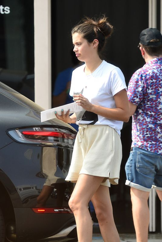 Sara Sampaio Visits a Covid-19 testing site before heading to the airport to fly to Europe in Los Angeles
