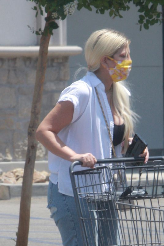 Tori Spelling Goes grocery shopping at Bristol Farms in Woodland Hills