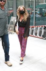 Sarah Jessica Parker Waves to fans as she leaves the set of