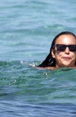 Irina Shayk Shows off her amazing body as she enjoys a beach day together with friends in Ibiza