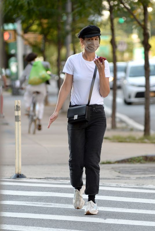 Katie Holmes Leaving a nail salon in New York