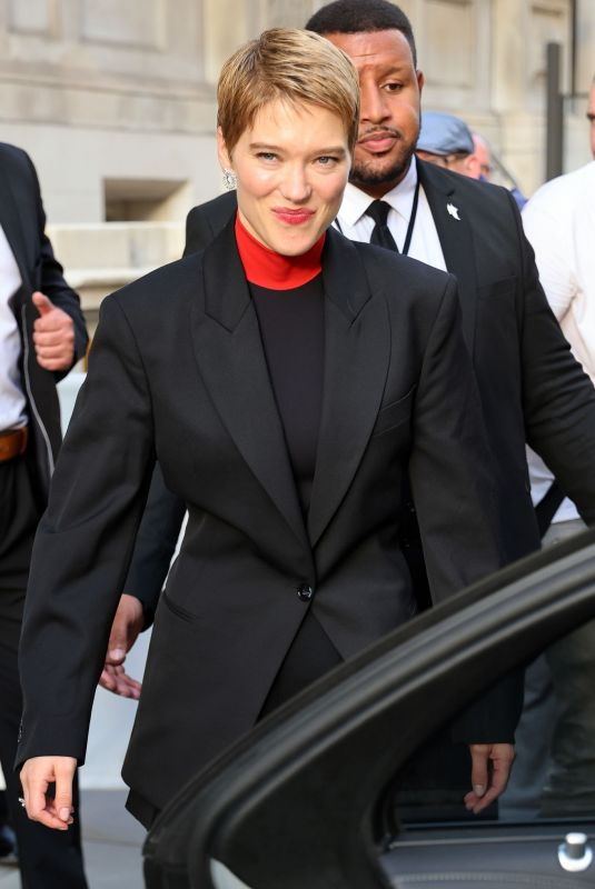 Léa Seydoux Greeting fans outside hotel while promoting No Time To Die in London