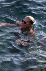 Molly Sims Ejoying a relaxing sea holiday in Capri
