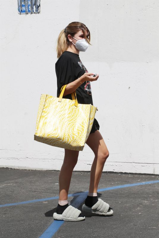 Olivia Jade Giannulli Seen at the DWTS studio still wearing her mask as she heads in Los Angeles
