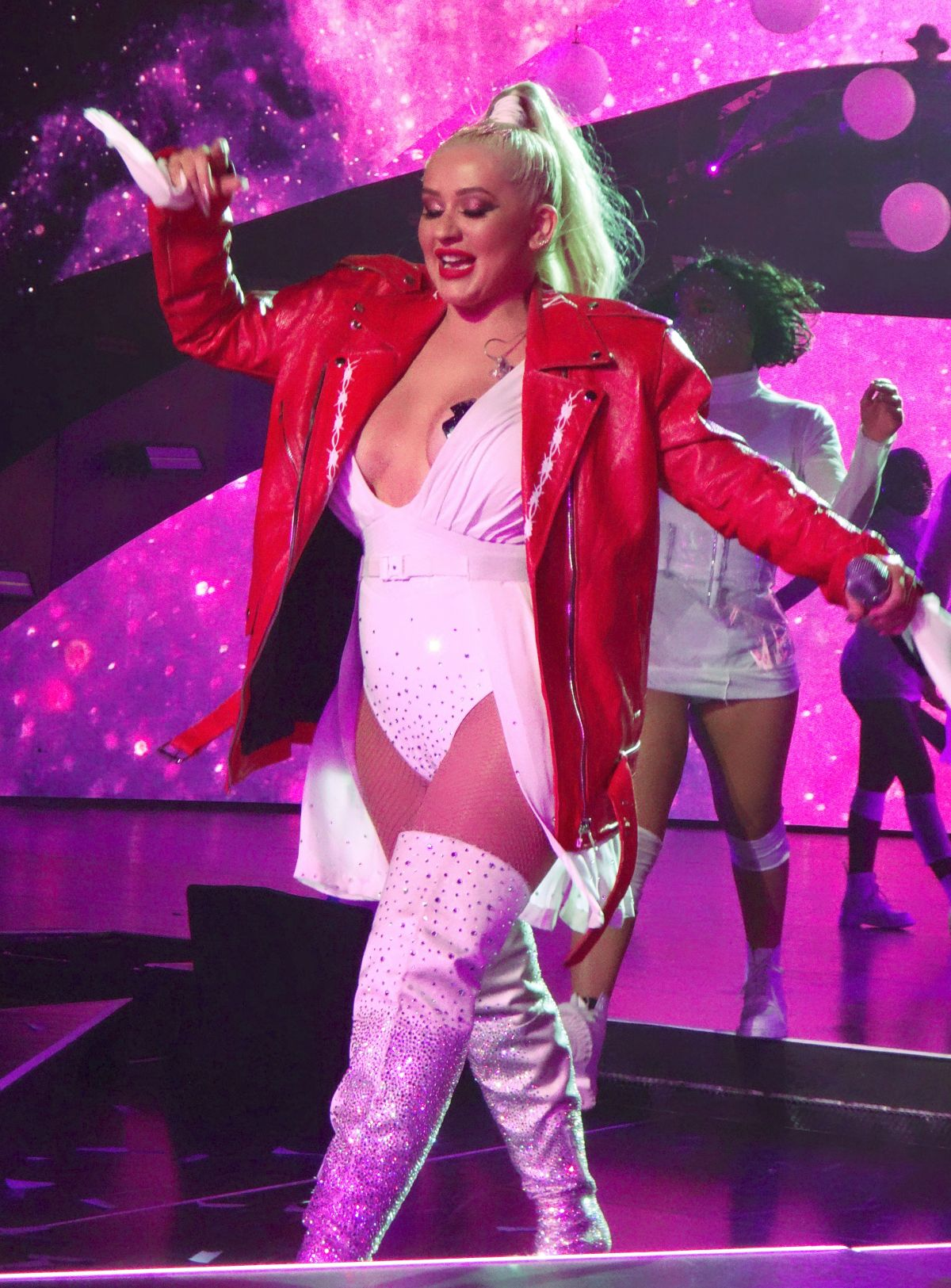 christina-aguilera-performing-for-a-new-